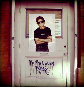 Foto publicada na manhã do dia 27 de outubro no perfil oficial de Lou Reed no Facebook, com a legenda 'The Door' ('A porta')