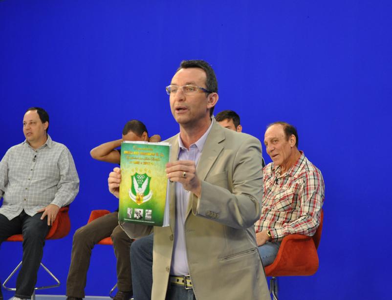 Neto mostra a revista do Cinquentenário do união Rio Branco.