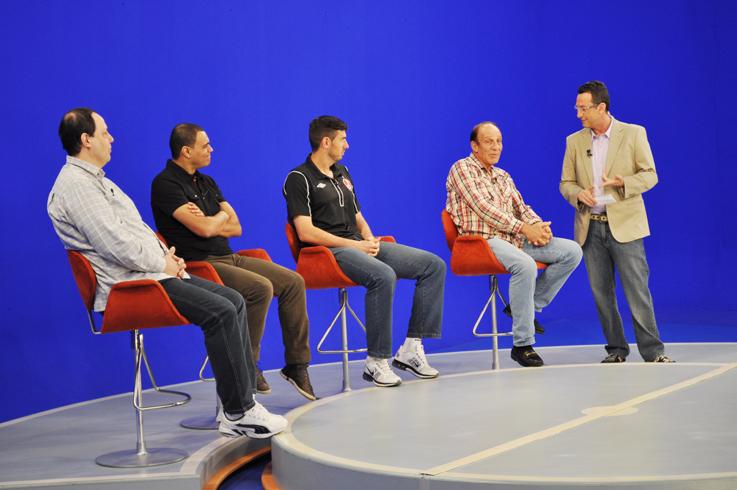 O apresentador Neto, conversa com Alfredo Mostarda durante o programa Os Donos da Bola, da Band