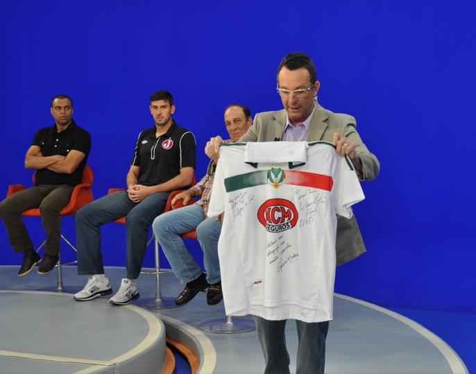 Camisa camemorativa do União Rio Branco, entregue ao apresentador Neto
