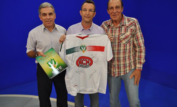 O diretor do Projeto Cinquentenário do União Rio Branco Amândio Martins, o apresentador Neto e Alfredo Mostarda, padrinho do projeto.
