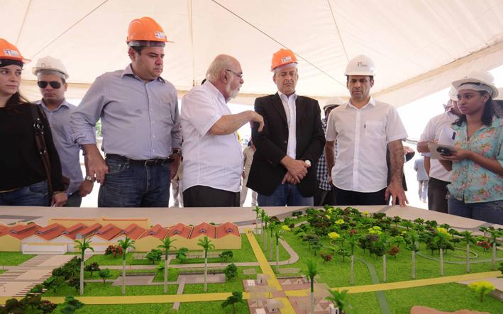 Eduardo Campos (no centro da imagem de blazer preto) Governador de Pernambuco e Presidente do PSB.