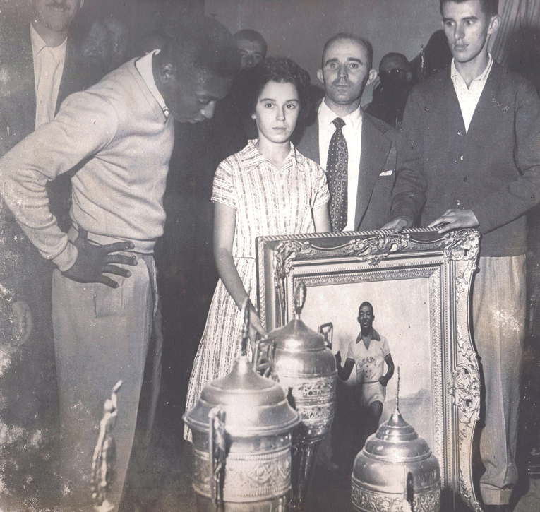 1958: PELÉ RECEBE QUADRO NO G.D.R. 7 DE SETEMBRO DA ÁGUA RASA – Campeão mundial se mostra surpreso ao ver seu retrato pintado por filha de jogador.