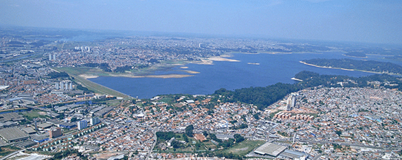 Em foto atual, a vista aérea da ocupação desordenada nas margens da Bacia do Guarapiranga. Odair Faria. Acervo Memória Sabesp