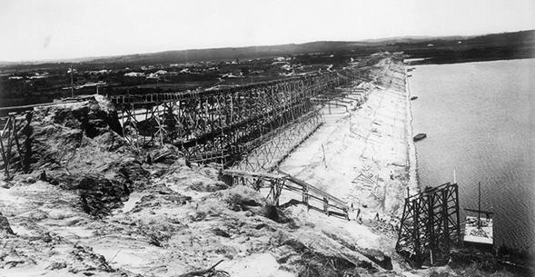 Vista panorâmica da construção da Barragem da Represa Guarapiranga, antes denominada Represa Santo Amaro. 1908