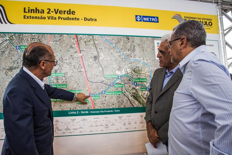 Governador Geraldo Alckmin observa mapa da extensão da Linha 2-Verde, de Vila Prudente, em São Paulo, até Dutra, em Guarulhos. Foto: Vagner Campos