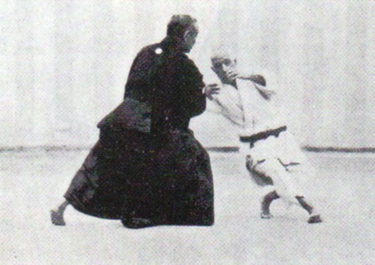 Hiki-otoshi é um dos golpes do Koshiki-no-kata, que é um kata do Judo.  Jigoro Kano de kimono preto aplica o golpe em Yamashita Yoshiaki.