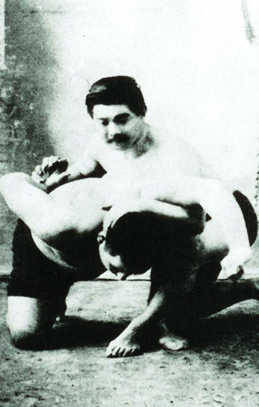 Mestre Mitsuyo Maeda, conde Koma, aplica golpe durante treino de Jiu Jitsu.
