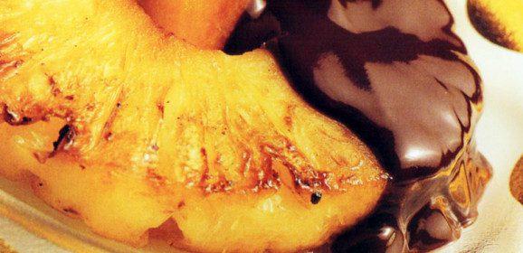 Abacaxi Grelhado com Calda de Chocolate