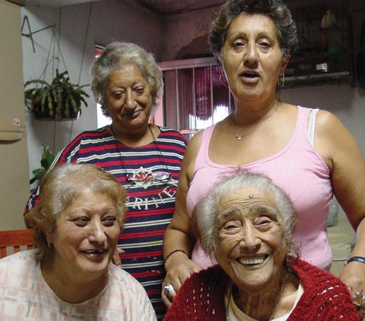 Dona Irinéia, aos 94 anos, com as filhas Inês (primeira da direita), Regina e Antonia.