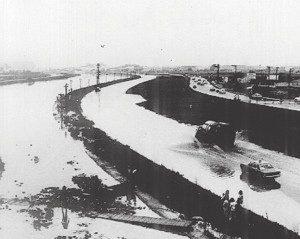 A imagem mostra as cenas de enchentes nas marginais do Rio Tietê, entre os anos 60 e 70. Um fato antigo na cidade, devido à falta de planejamento urbanístico e administrações voltadas para os interesses financeiros e imobiliários.