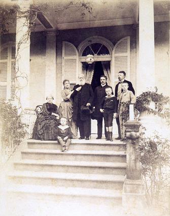 Dom Pedro II, Imperador do Brasil e a família imperial fotografada por Otto Hees. A última fotografia da família imperial no Brasil, 1889. Da esquerda para a direita: a imperatriz Dona Teresa Cristina, D. Antônio, a princesa Isabel, o imperador, D. Pedro Augusto (filho da irmã da princesa Isabel, d. Leopoldina, duquesa de Saxe), D. Luís, o conde d'Eu e D. Pedro de Alcântara (príncipe do Grão-Pará).