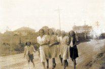 Fernanda e suas irmãs na descida da Apucarana em 1945