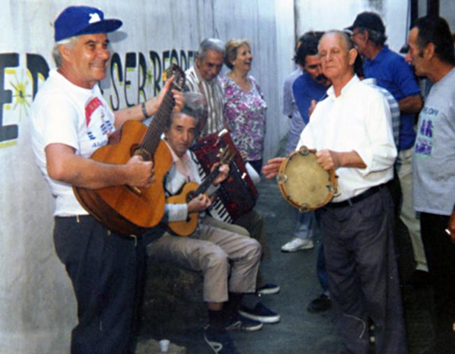 Em 2000, no Parque do Piqueri, com os amigos. Carlos (tocando pandeiro) sabia tocar vários instrumentos musicais. Foto: aloimage
