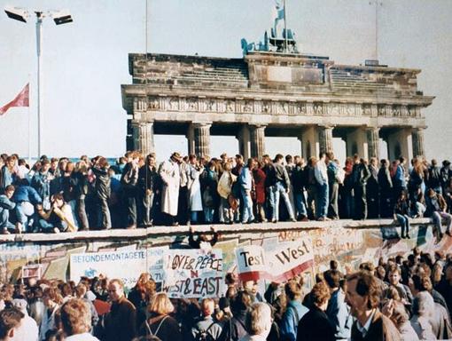 Portão de Brandemburgo: Alemães em pé em cima do muro, em 1989, ele começaria a ser destruído no dia seguinte. Foto: Wikipedia