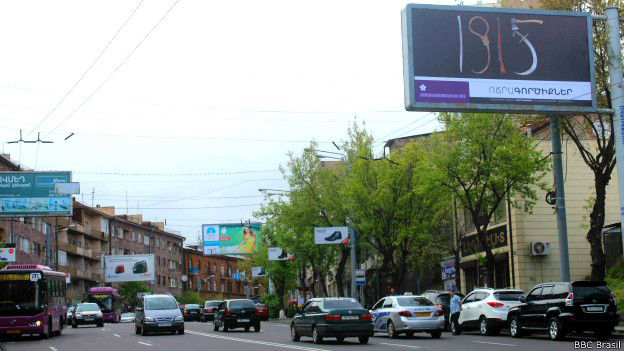 Pôsteres foram espalhados pela capital armênia para lembrar centenário do massacre. Foto: BBC Brasil