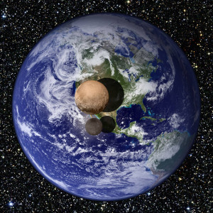 Medições recentes de Plutão e Caronte obtidos pela New Horizons – Esta comparação mostra qual seria o aspecto do planeta e sua maior lua, se fossem colocados acima e a longa distância da superfície da Terra. As medidas indicam que Plutão tem o diâmetro de 2.370 km e Caronte de 1.208 km, o equivalente a 18,5% e 9,5% da medida diametral da Terra, respectivamente.