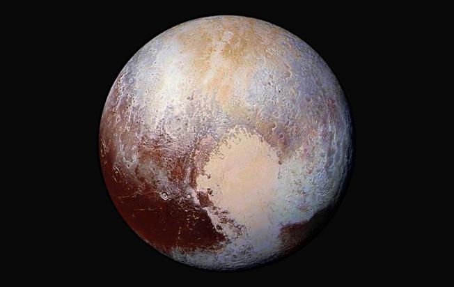 As imagens, obtidas quando a sonda estava a 280.000 milhas (450.000 km) de distância, mostram características de Plutão, há uma distância de  1,4 milhas (2,2 quilômetros). Imagem: NASA / JHUAPL / SwRI