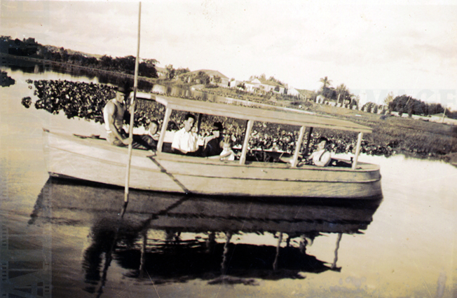 1929: Em um belo dia ensolarado era possível fazer piqueniques e passeios pelos alagadiços formados pelo Tietê ou mesmo às suas margens. Nesta imagem, vemos crianças e adultos no barco. Este tinha o fundo achatado para navegar nas águas rasas. Repare que o barqueiro usa uma taquara de bambu para impulsionar o barco no remanso. Foto: Acervo Alô Tatuapé / Doada pela Família Frassi.