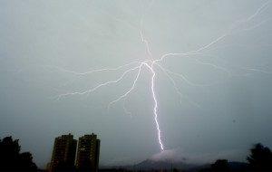 Durante as tempestades que aconteceram nos dias 7 e 8 de setembro, em São Paulo, os pesquisadores do Elat registraram 14 raios ascendentes. Foto: Inpe