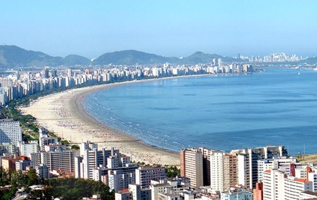 Nível do mar na cidade litorânea paulista aumentará entre 18 e 30 centímetros até 2050, tornando as marés mais altas, estima estudo internacional com participação de pesquisadores de São Paulo. Foto: Wikimedia Commons