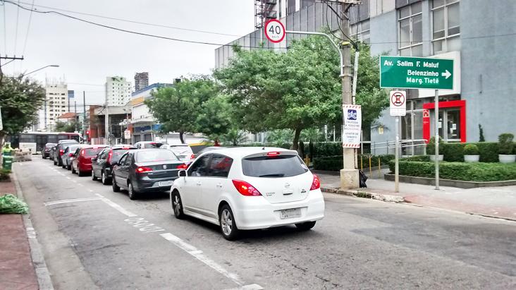 Rua Tuiuti esquina com Rua Tijuco Preto, ao fundo o cruzamento com a Rua Padre Adelino e  na continuação a Praça Sílvio Romero: placa sinaliza a velocidade máxima de 40 km/h. Foto: aloimage