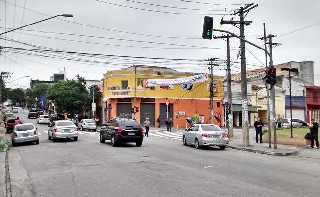 Faixa da CET, avisa sobre a implantação de ciclovia na esquina da Rua Tuiuti com a Rua Gonçalves Crespo: nesta parte é preciso tomar cuidado com pedestres e em breve com os ciclistas, razões suficientes para a implantação de Área 40. Foto: aloimage