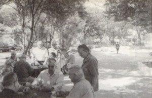 Como no interior: velhos amigos jogam dominó e cartas no Largo Nossa Senhora do Bom Parto. Foto: aloimage 1997