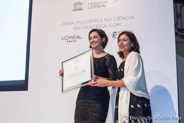"""Elisa Brietzke, uma das sete vencedoras da 10ª edição do """"Para Mulheres na Ciência"""" – prêmio oferecido anualmente pela L'Oréal Brasil em parceria com a Organização das Nações Unidas para a Educação, a Ciência e a Cultura (Unesco) e a Academia Brasileira de Ciências (ABC) –, ao lado de Ana Lúcio Guimarães (à direita da foto), representante da Unesco"""