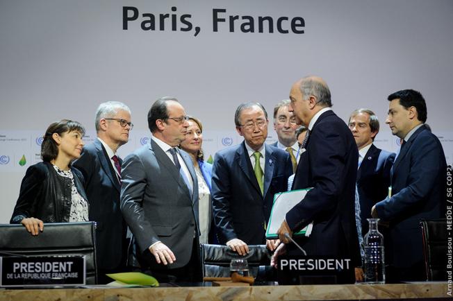 Paris, França – O presidente François Hollande, o secretário-geral da ONU, Ban Ki-moon e o chanceller francês, Laurent Fabius, após o Acordo de Paris alcançado na COP21. Foto: Arnaud Bouissou/ COP21