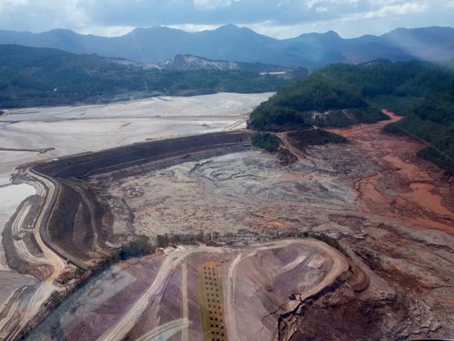 Barragem do Fundão que ao romper-se em novembro do ano passado despejou pelo menos 34 milhões de metros cúbicos de rejeitos de mineração de ferro no Vale do Rio Doce. Foto: Ibama