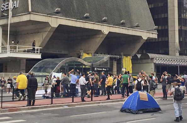 Prédio da FIESP na Avenida Paulista, vira ponto de encontro, assim como o MASP. Manifestantes acomparam na avenida. Foto: Elaine Patrícia Cruz/Agência Brasil
