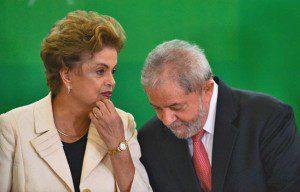 Dilma Rousseff e o novo ministro da Casa Civil, Luiz Inácio Lula da Silva – a nomeação está suspensa sub judice – durante cerimônia de posse. Foto: José Cruz/Agência Brasil