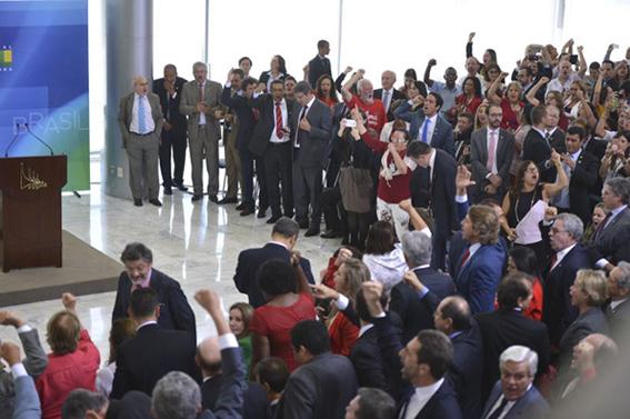 """Cerimônia de posse teve a presença de correligionários e aliados que entoaram palavras de ordem, como """"o povo não é bobo, abaixo a Rede Globo"""" e """"Dilma guerreira você é brasileira"""". Foto: José Cruz / Agência Brasil"""