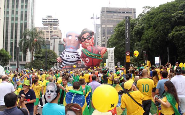Bonecos infláveis de Lula e Dilma desfilaram na Paulista. Foto: André Tambucci / Fotos Públicas
