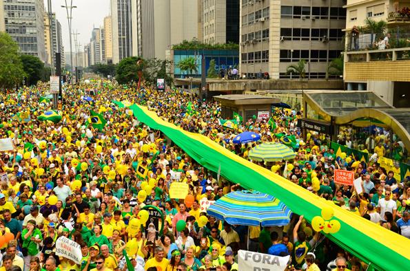 São Paulo - Manifestação na Avenida Paulista, região central da capital, contra a corrupção e pela saída da presidenta Dilma Rousseff. Foto: Rovena Rosa/Agência Brasil