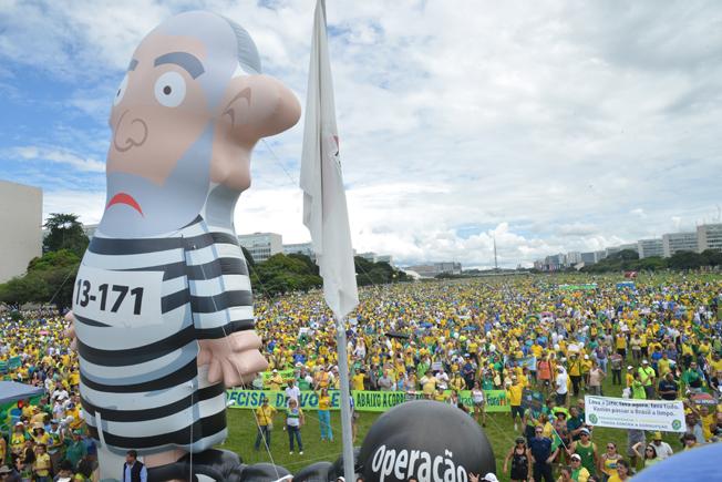 Brasília: boneco infável do ex-presidente Lula com traje de presidiário. Foto: Wilson Dias/Agência Brasil