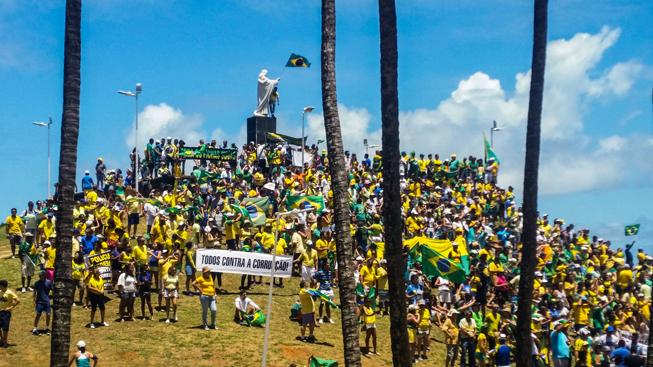 Em Salvador, junto à estátua do Senhor do Bonfim foi cantado o Hino Nacional. Foto: Sayonara Moreno/Agência Brasil