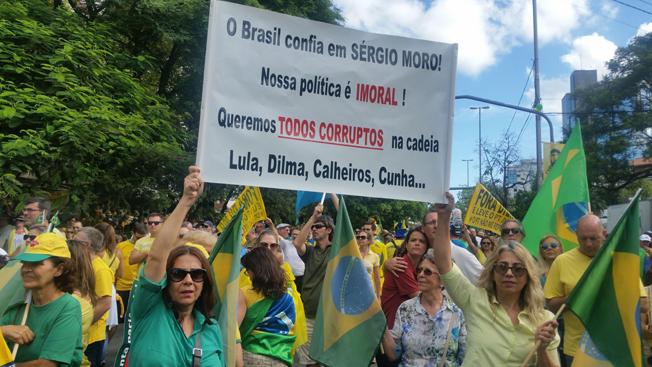 Porto Alegre -  Manifestação contra a corrupção e pela saída da presidenta Dilma Rousseff. Foto: Daniel Isaia/Agência Brasil