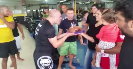 Adriana e Manuella (esposa e filha) do atleta vieram trazendo o bolo. Fotoframe: Felipe Marinho