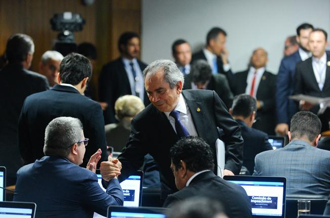Raimundo Lira (de pé) cumprimenta Antonio Anastasia na chegada à comissão . Foto: Lafuente