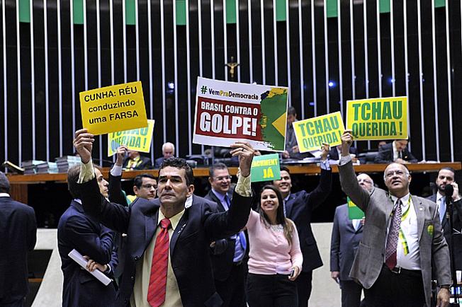 """""""Tchau Querida!"""", """"Impeachment Já"""" e """"Não vai ter golpe!"""": discutem os deputados"""