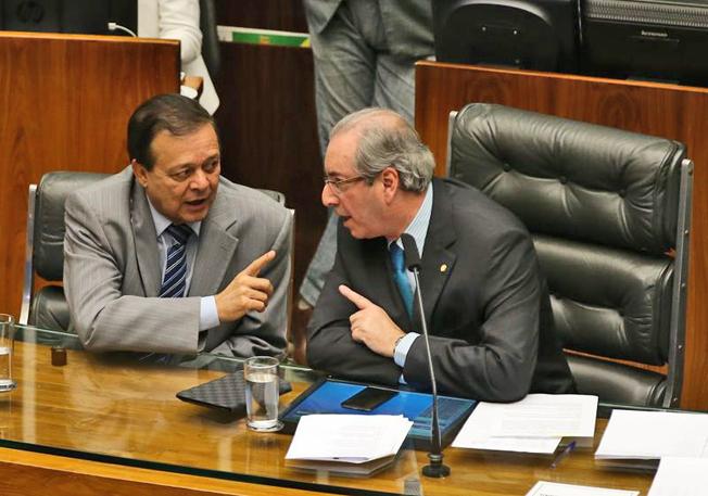 Brasília - O relator Jovair Arantes e o presidente da Câmara dos Deputados, Eduardo Cunha, em sessão plenária para discutir processo de impeachment da presidenta Dilma Rousseff, nesta sexta-feira (16). Foto: Valter Campanato/Agência Brasil)