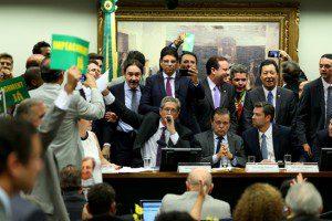Brasília - A comissão especial do impeachment da Câmara dos Deputados aprovou o parecer do relator Jovair Arantes por 38 votos a favor e 27 contrários. Foto: Wilson Dias/Agência Brasil