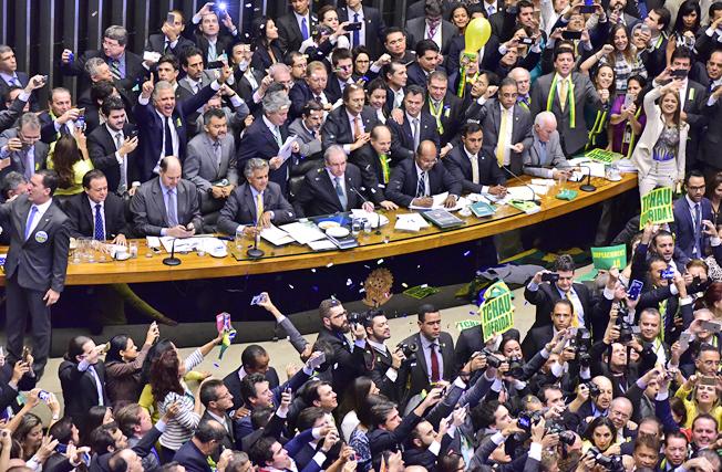 Deputados pró-impeachment comemoram aprovação do relatório do deputado Jovair Arantes, que recomenda a abertura de processo de impedimento da presidente Dilma por crime de responsabilidade. Foto: Zeca Ribeiro / Câmara dos Deputados