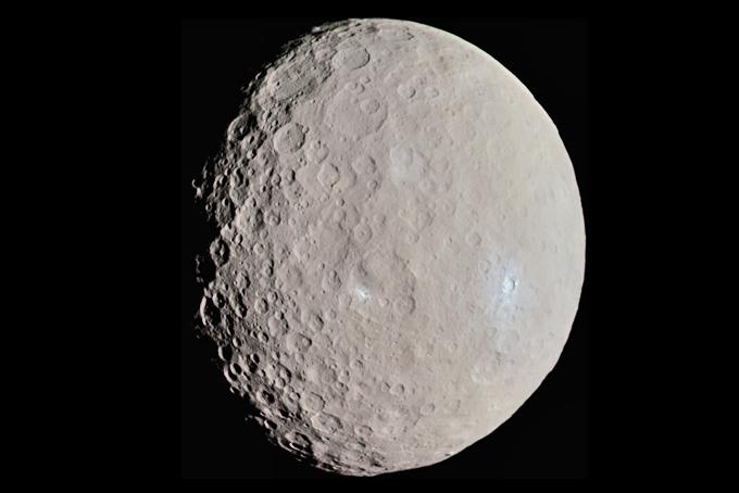 Descoberta poderá contribuir para melhor compreensão da história do Sistema Solar. Foto: Ceres fotografada pela espaçonave Dawn, em maio de 2015 / Wikimedia Commons