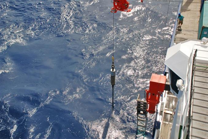 Coleta de sedimentos do fundo oceânico para a investigação das consequências de processos climáticos ocorridos há milhares de anos. Foto: Acervo do pesquisador