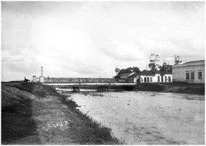Rio Tamanduateí, no bairro da Ponte Pequena, quase junto ao ponto de confluência no rio Tietê. 27/1/1900. Foto de Guilherme Gaensly
