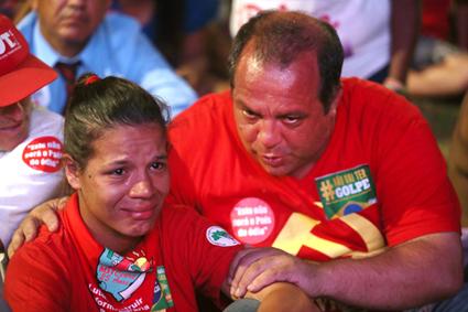 Brasília - Manifestantes contrários ao Impeachment da presidente Dilma Rousseff se reúnem na Esplanada para assistir no telão a votação do processo. Fábio Rodrigues Pozzebom/Agência Brasil