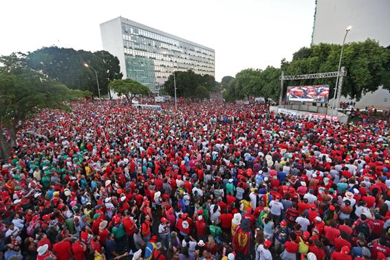 Brasília - Manifestantes contrários ao Impeachment da presidente Dilma Rousseff se reúnem na Esplanada para assistir no telão a votação do processo. Foto: Fábio Rodrigues Pozzebom/Agência Brasil)